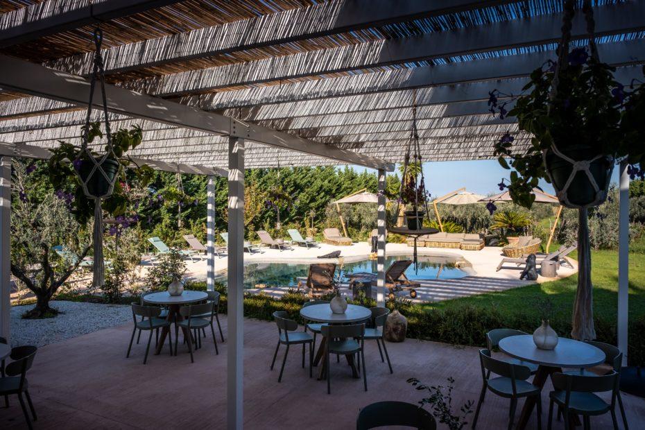 la zona relax a bordo piscina, nel parco del Relais San Baio